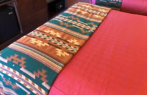 ベッドのナバホ模様