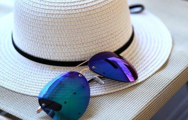 サングラスと帽子
