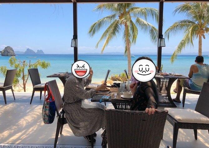 海の前で食事