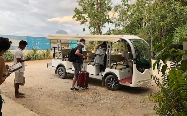 空港に迎えに来るゴルフカート